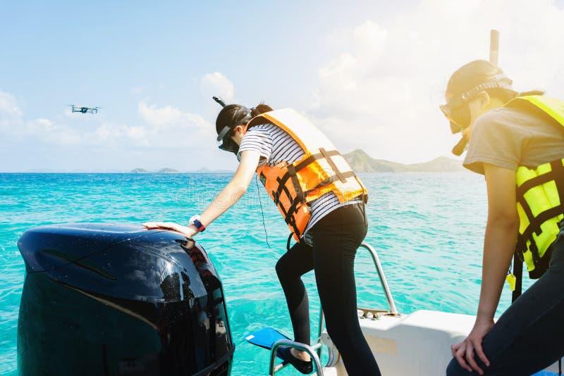A menina está pronta para saltar no mar, mergulhando no mar, sagacidade fotos de stock royalty free