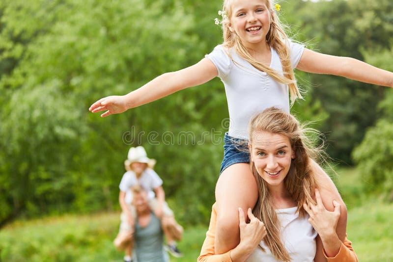 A menina está tendo o divertimento em uma caminhada foto de stock