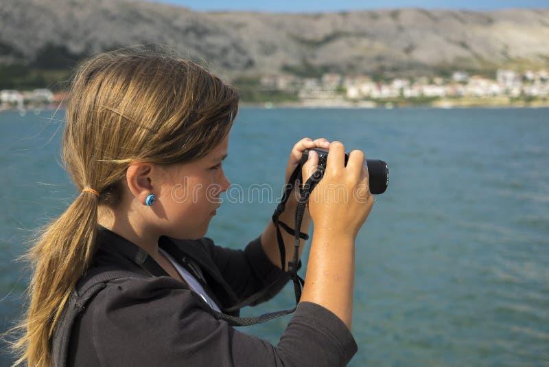 A menina está tomando uma foto imagens de stock