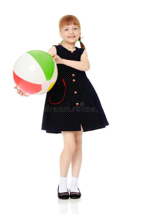 A menina est? jogando com uma bola fotografia de stock royalty free