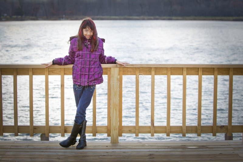 Menina estada pelo lago fotografia de stock