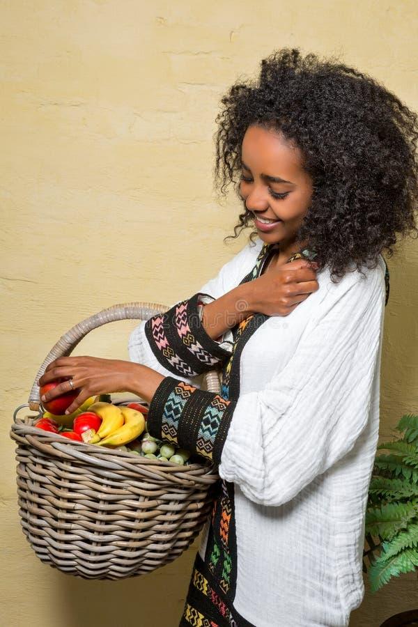 Menina etíope com fruto fotografia de stock