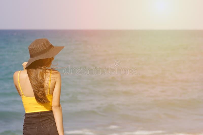 Menina europeia bonita de cabelo escuro nova no chapéu negro e no roupa de banho amarelo imagens de stock