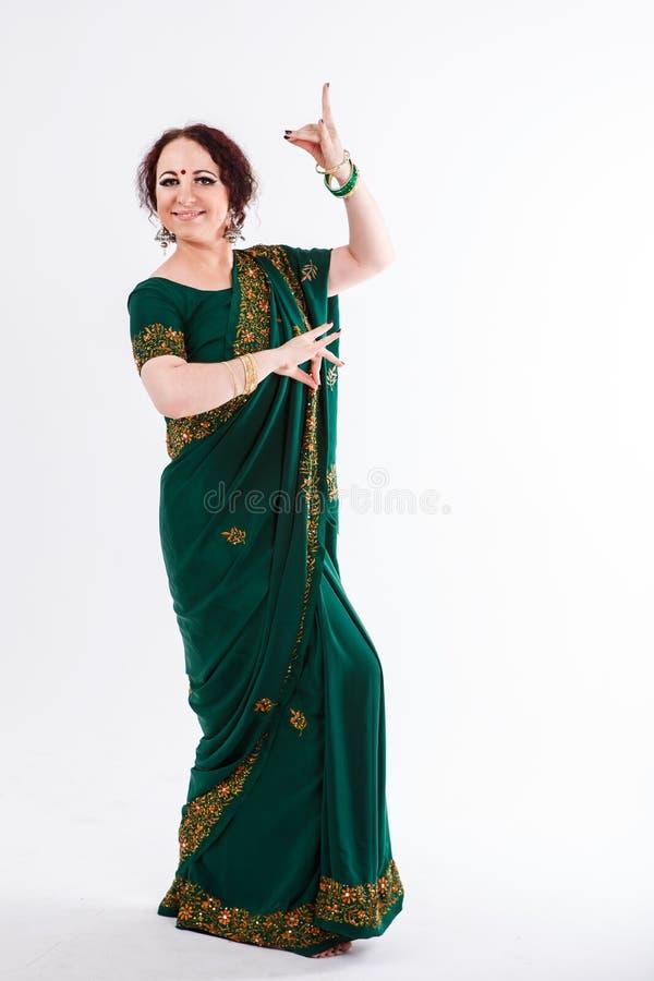 Menina europeia no saree indiano verde fotografia de stock royalty free