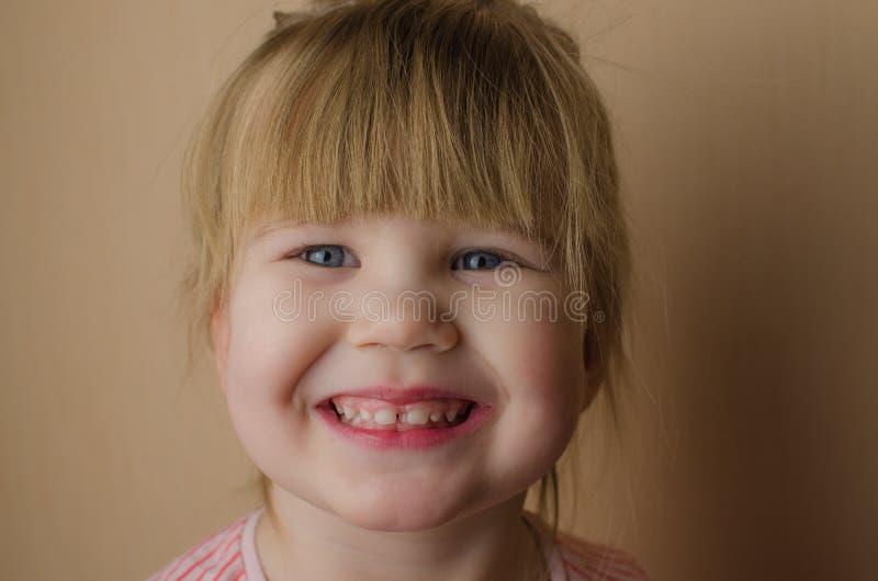 Menina europeia pequena feliz que escova seus dentes imagem de stock