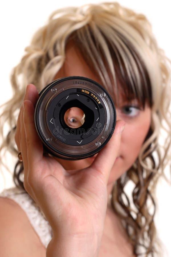 A menina examina o lense imagem de stock royalty free