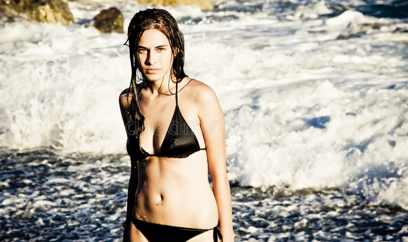 Menina eyed verde 'sexy' na praia imagem de stock royalty free