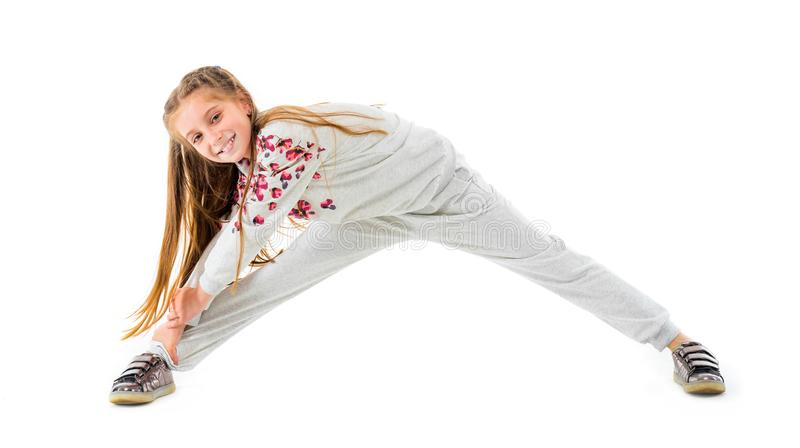 A menina faz o esticão isolado no fundo branco fotos de stock royalty free