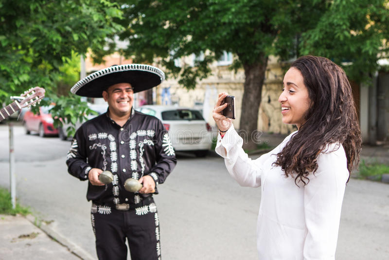 A menina faz o selfie com músicos mexicanos imagens de stock royalty free