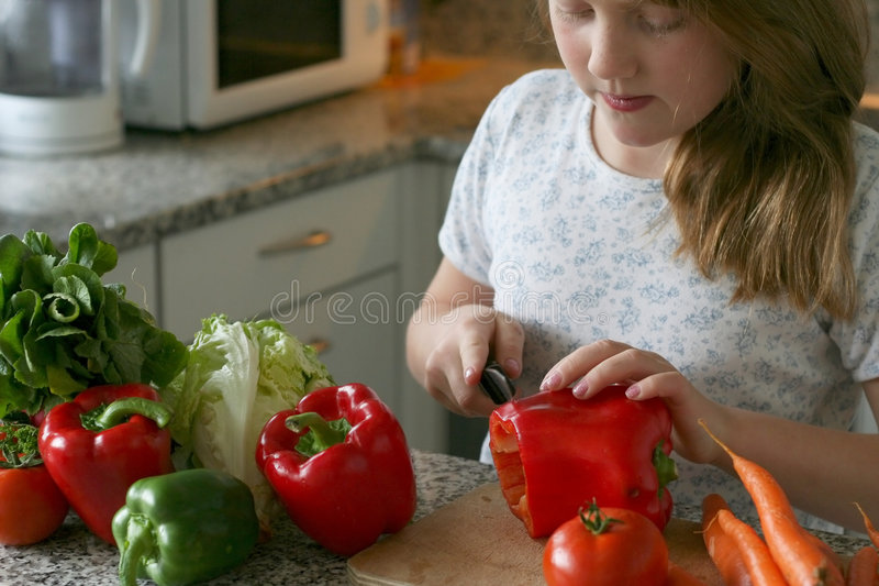 A menina faz a salada fotografia de stock royalty free