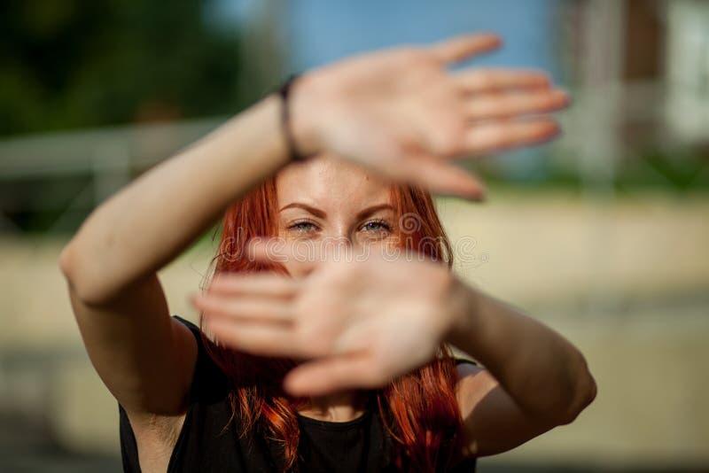 A menina fecha as mãos imagens de stock
