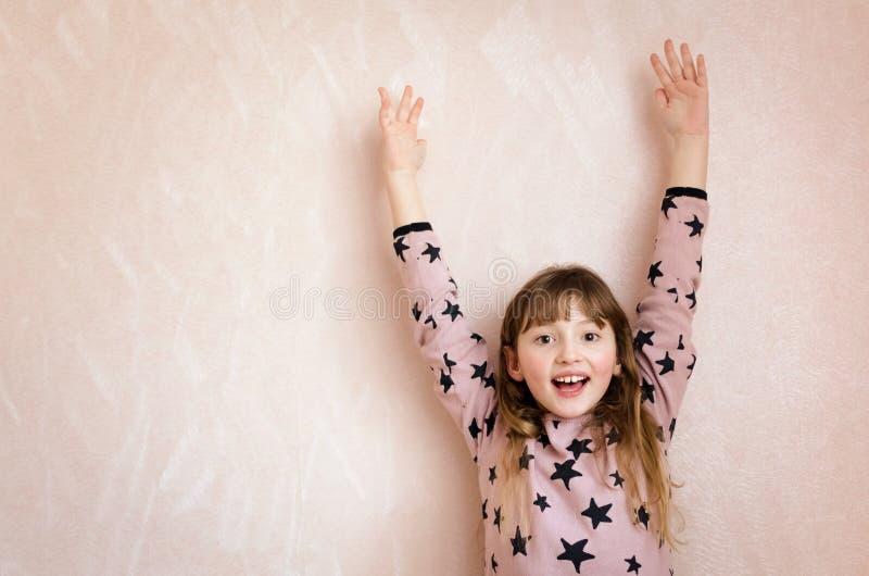 A menina felicita-nos alegremente fotos de stock royalty free