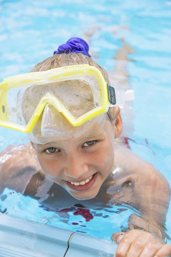 A menina feliz é contratada em mergulhar das férias fotos de stock royalty free