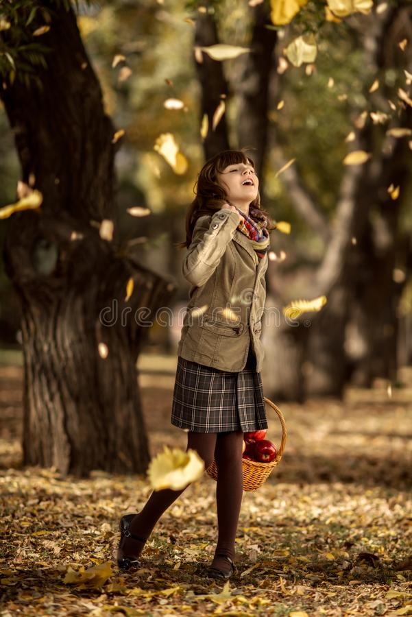 Menina feliz ao ar livre fotos de stock