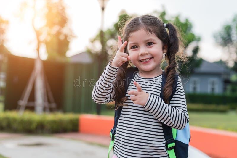 A menina feliz aprecia ir educar De volta ? escola e ao conceito da educa??o Tema feliz do estilo de vida da fam?lia da vida Chee fotografia de stock royalty free