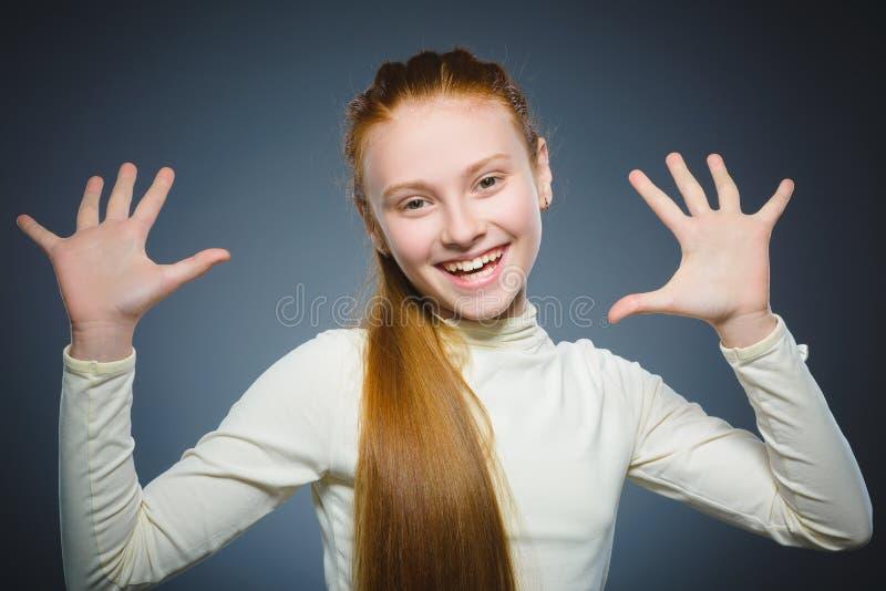 A menina feliz bem sucedida do retrato do close up isolou o fundo cinzento fotografia de stock