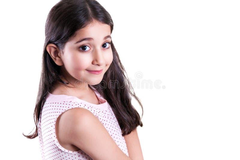 Menina feliz bonita com cabelo escuro longo e o vestido que olham a câmera imagem de stock royalty free