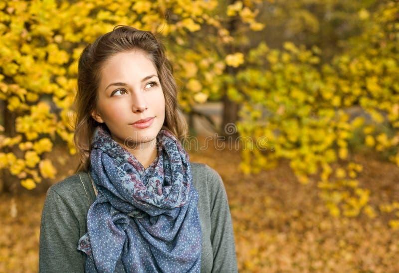 Menina feliz bonita da forma da queda. imagem de stock royalty free