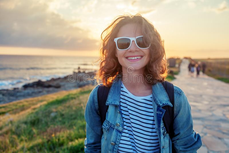 Menina feliz bonita da jovem mulher que anda ao longo da margem em foto de stock