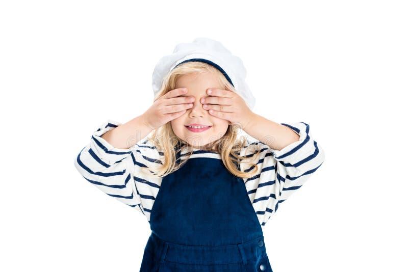 menina feliz bonita nos olhos de fechamento do traje do marinheiro com palmas imagem de stock