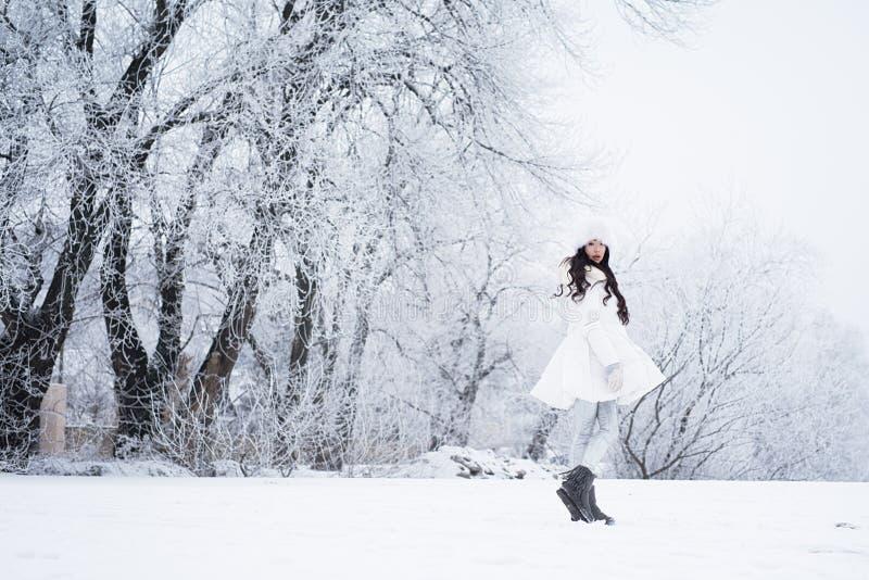 Menina feliz bonita nova que anda no parque Stylis vestindo modelo foto de stock royalty free
