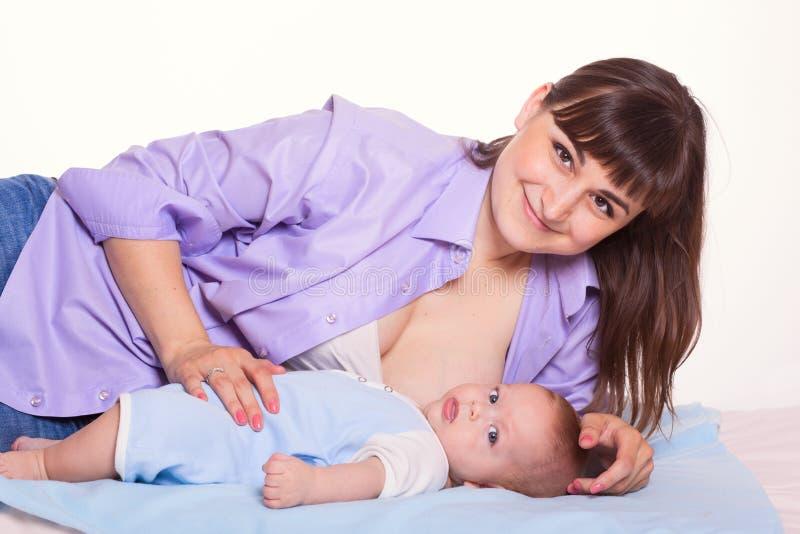 Menina feliz bonito do bebê da amamentação do mum da mãe da família no whit imagem de stock