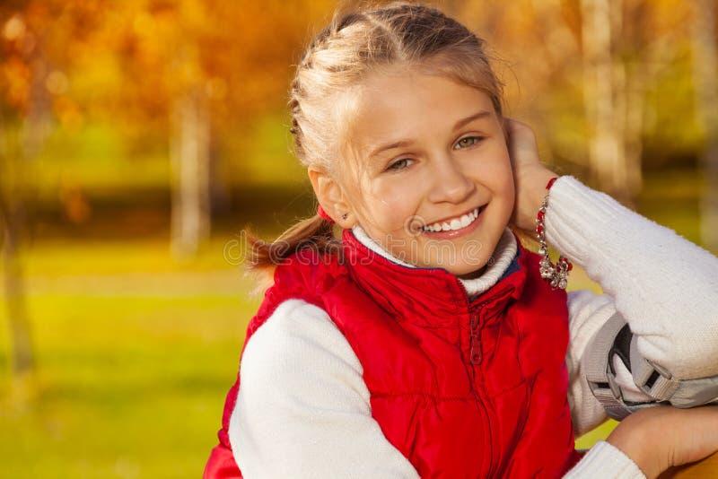 Menina feliz bonito super da escola imagens de stock