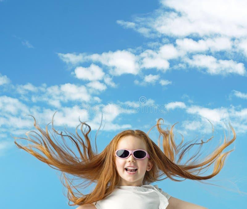 Menina feliz com óculos de sol grandes foto de stock