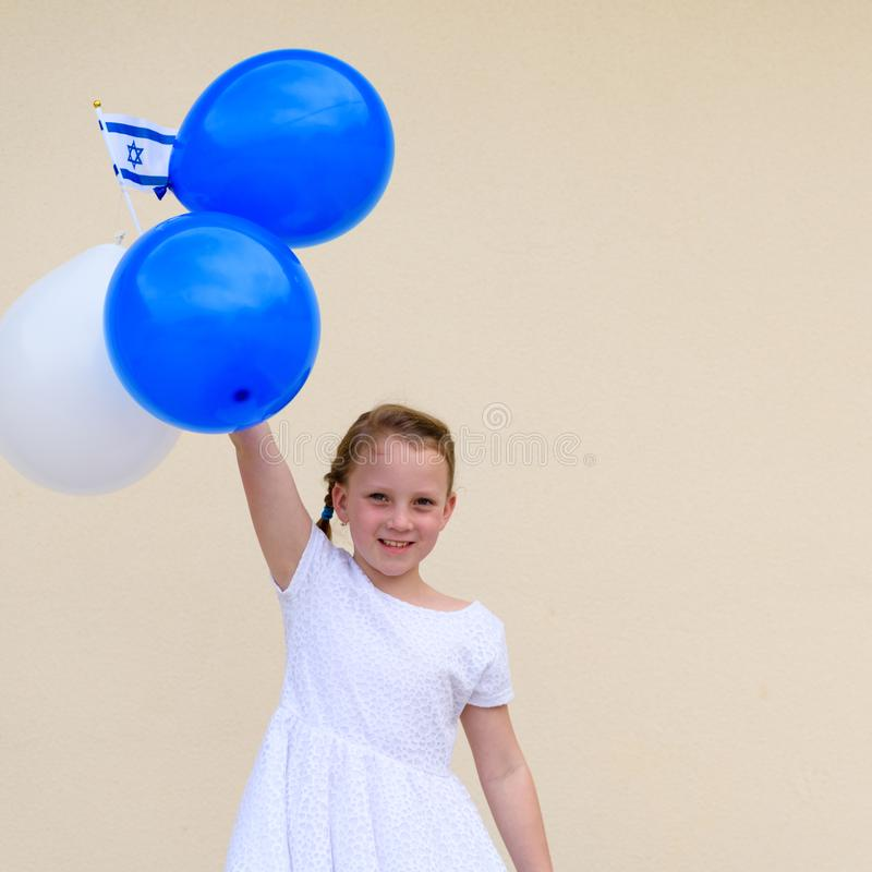 Menina feliz com a bandeira azul e branca da American National Standard Israel dos bal?es fotos de stock royalty free