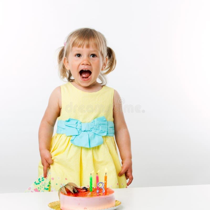 Menina feliz com bolo de aniversário. fotos de stock