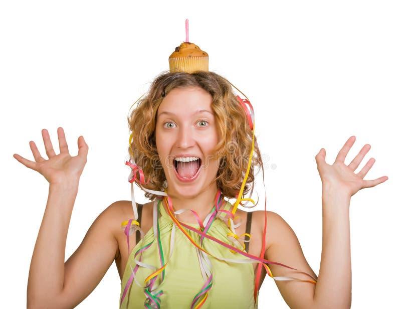 Menina feliz com bolo e vela de aniversário imagem de stock