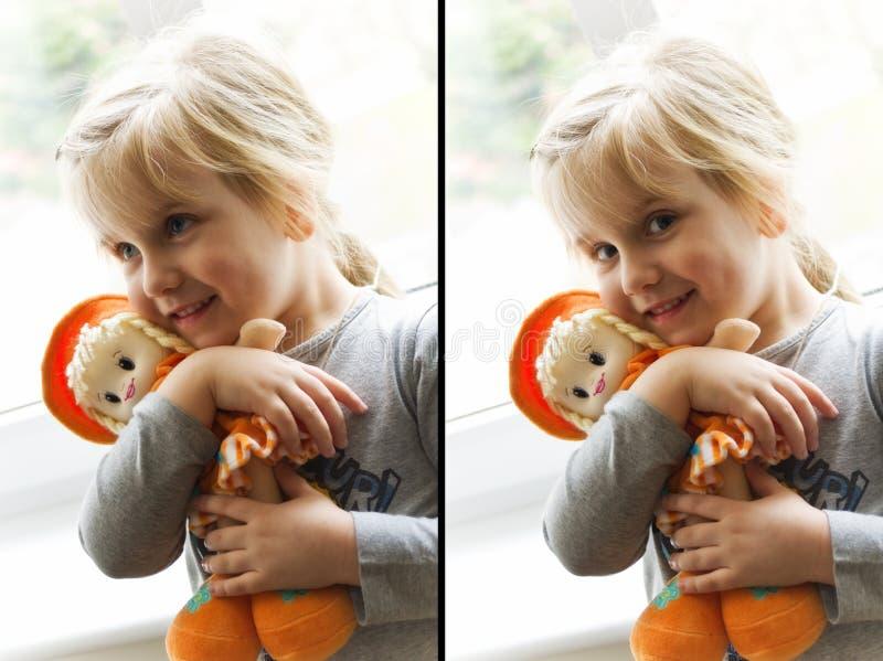 Menina feliz com boneca de pano foto de stock