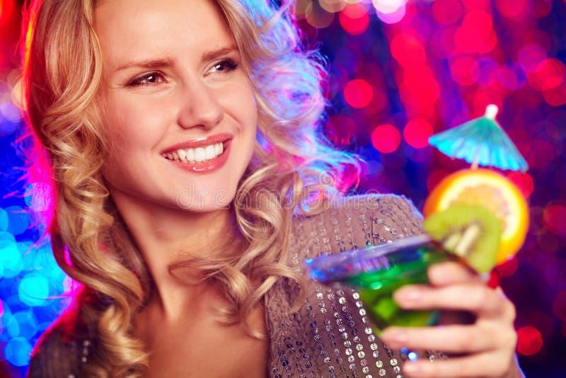 Menina feliz com cocktail fotografia de stock
