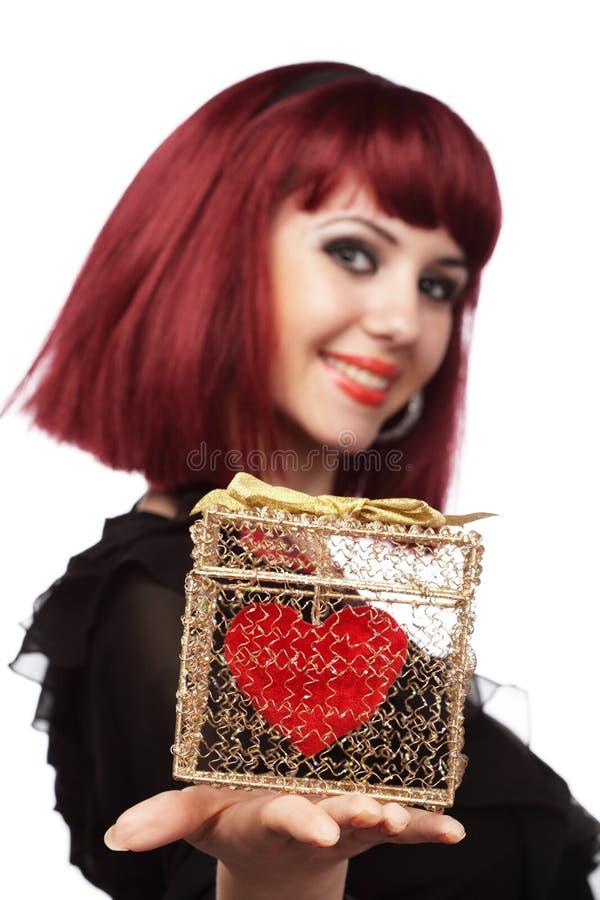 Menina feliz com coração em um g dourado fotografia de stock