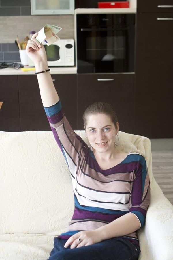 Menina feliz com dinheiro nas mãos fotos de stock royalty free