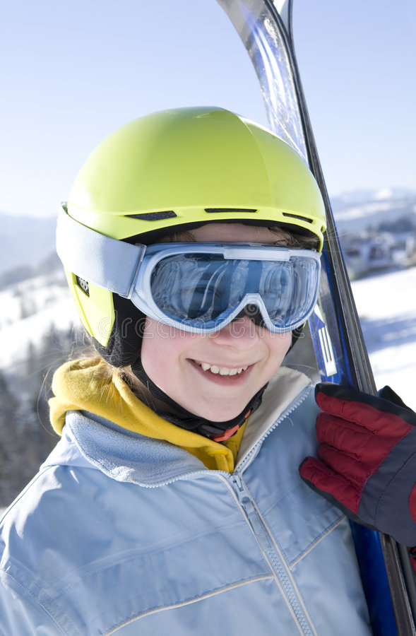 Menina feliz com esqui foto de stock royalty free