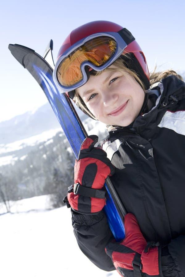 Menina feliz com esqui imagem de stock