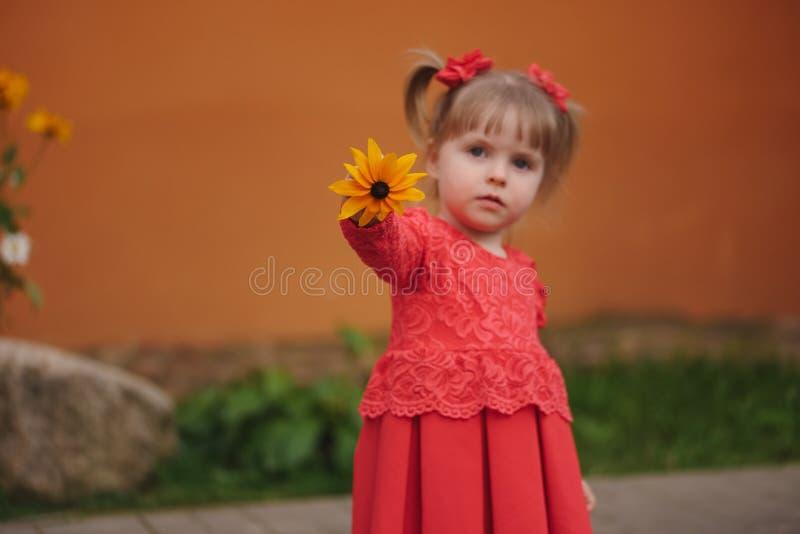 Menina feliz com flores amarelas imagens de stock