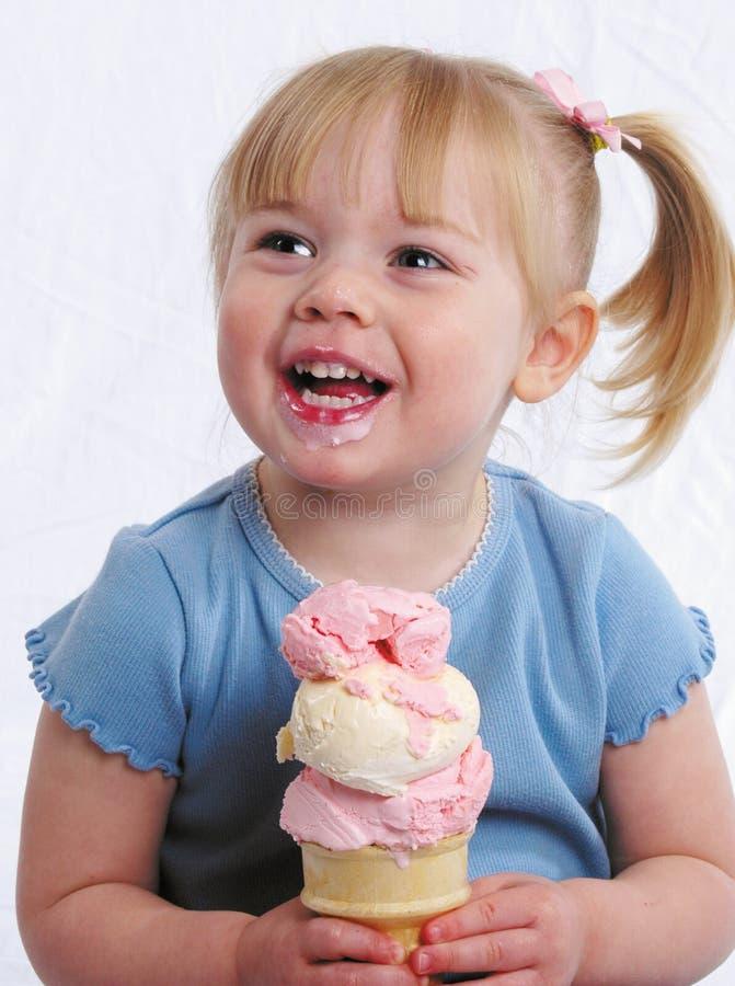 Menina feliz com gelado fotografia de stock