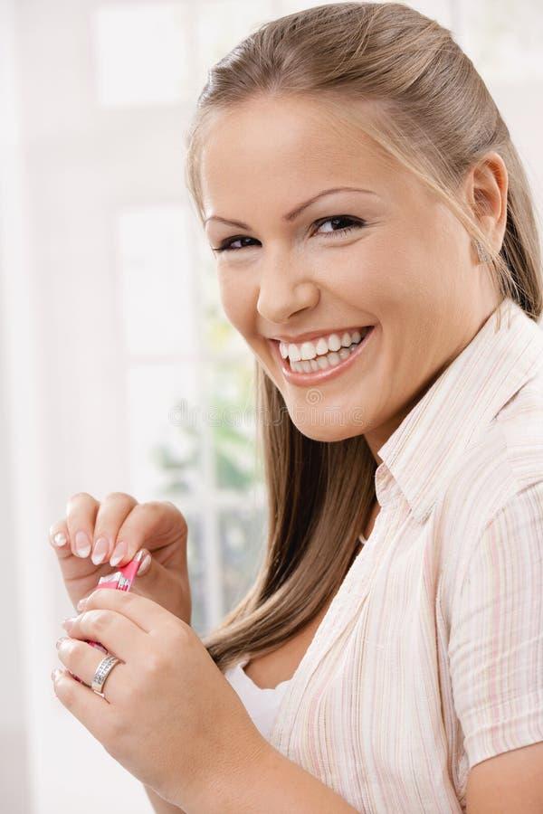Menina feliz com goma de mastigação foto de stock royalty free