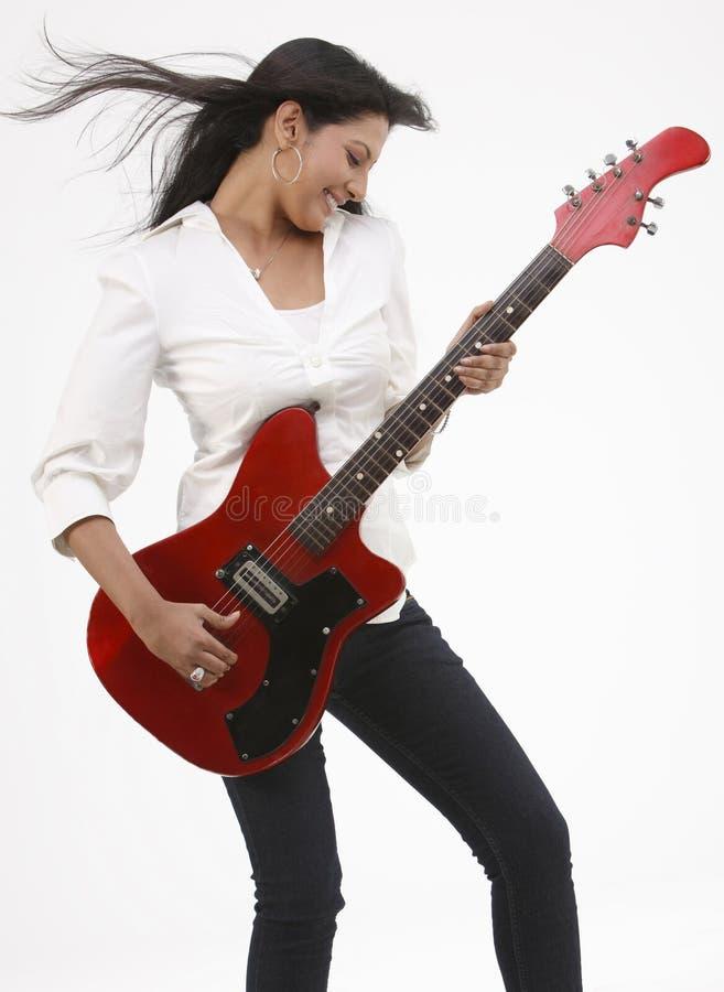 Menina feliz com guitarra foto de stock