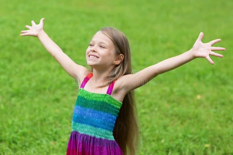 Menina feliz com mãos abertas imagens de stock royalty free