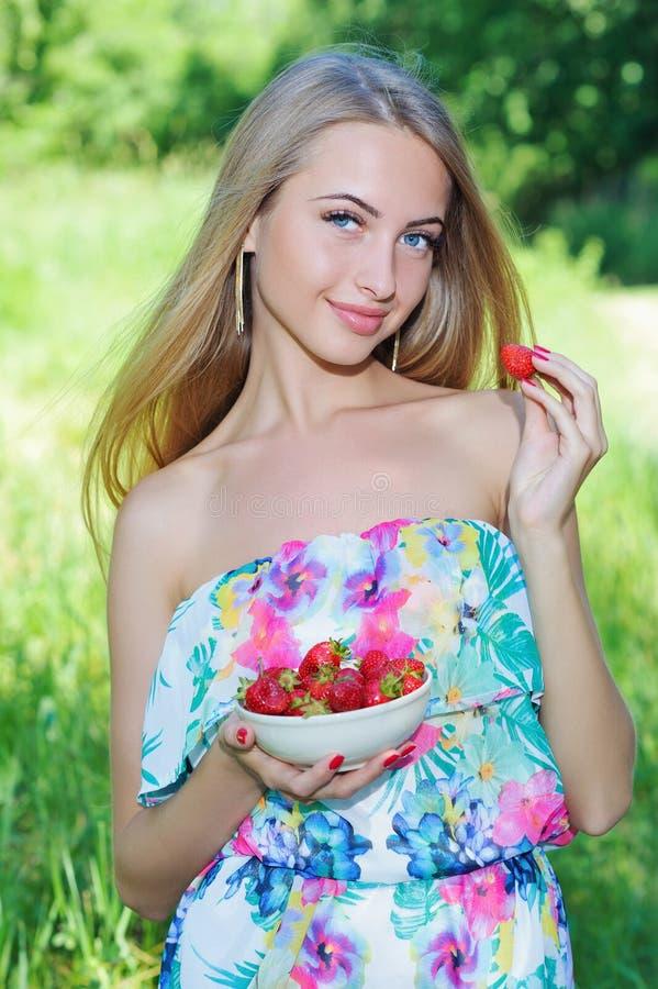 Menina feliz com morangos foto de stock royalty free