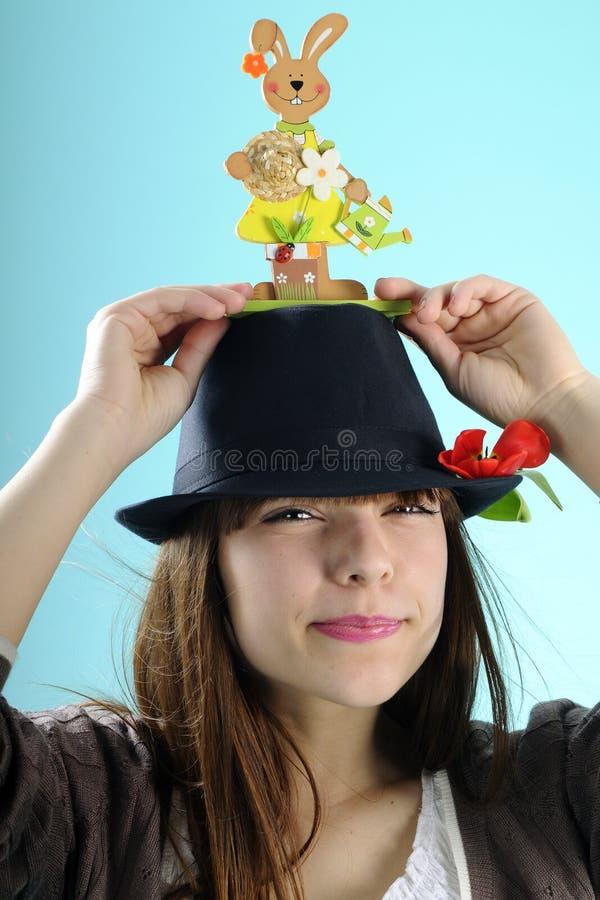 Menina feliz com o coelho no chapéu fotografia de stock royalty free