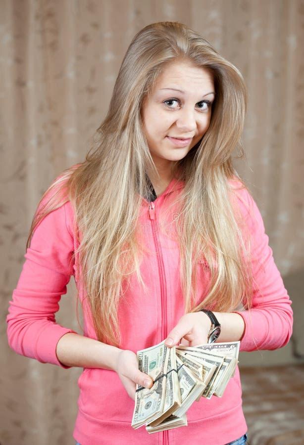 Menina feliz com os pacotes de dólares americanos fotos de stock royalty free