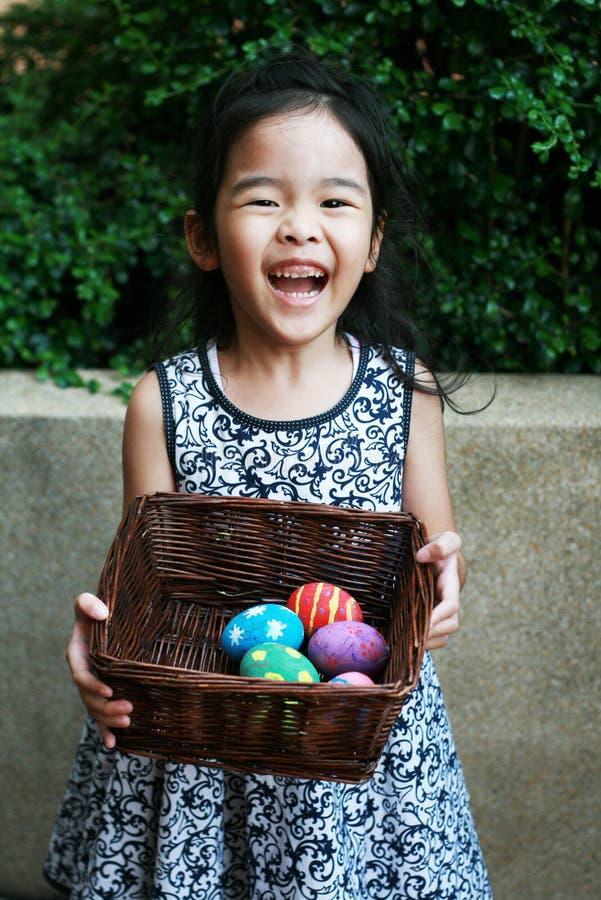 Menina feliz com ovos da páscoa coloridos imagens de stock
