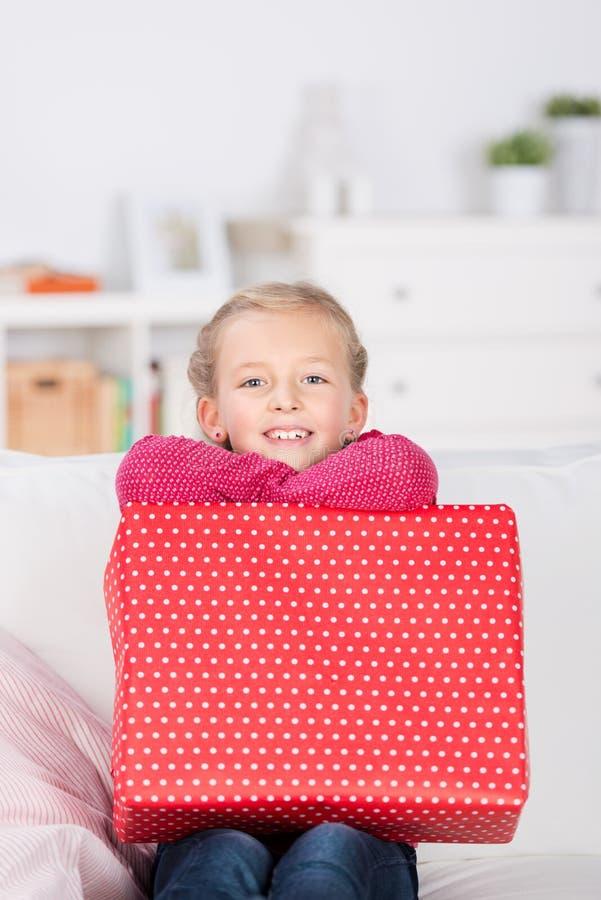 Menina feliz com presente fotografia de stock royalty free