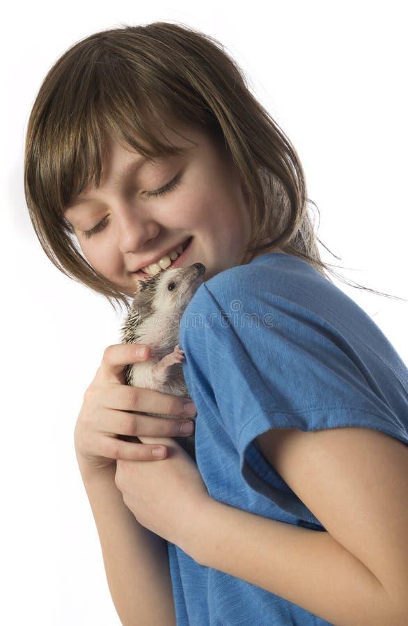 Menina feliz com seu ouriço africano do pigmeu do animal de estimação imagens de stock royalty free