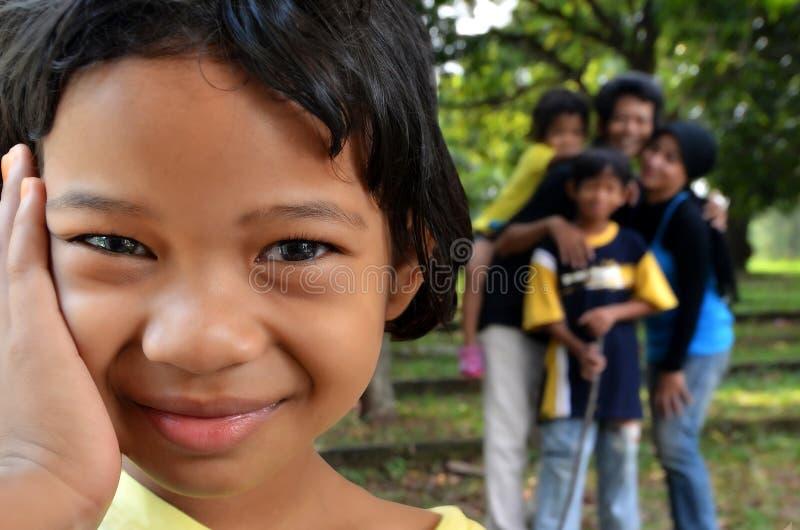 Menina feliz com sua família imagens de stock