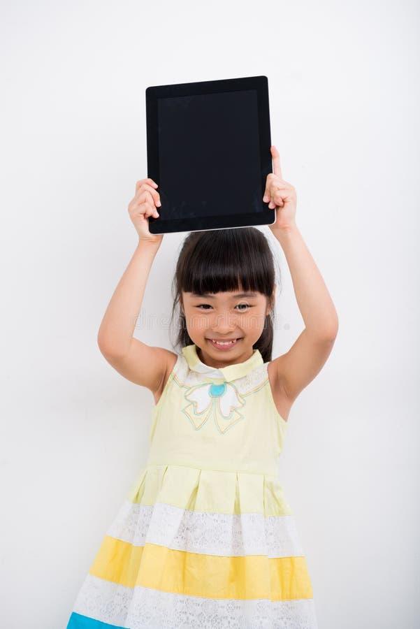 Menina feliz com tabuleta fotografia de stock royalty free